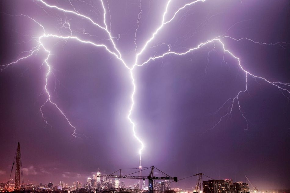 £££Fee fo use Lightning strikes the CN Tower in Canada-1704774
