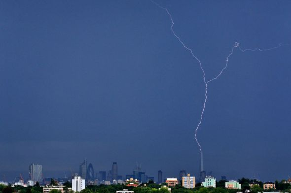 £££Fee for use Lightning strikes The Shard in London-1704788