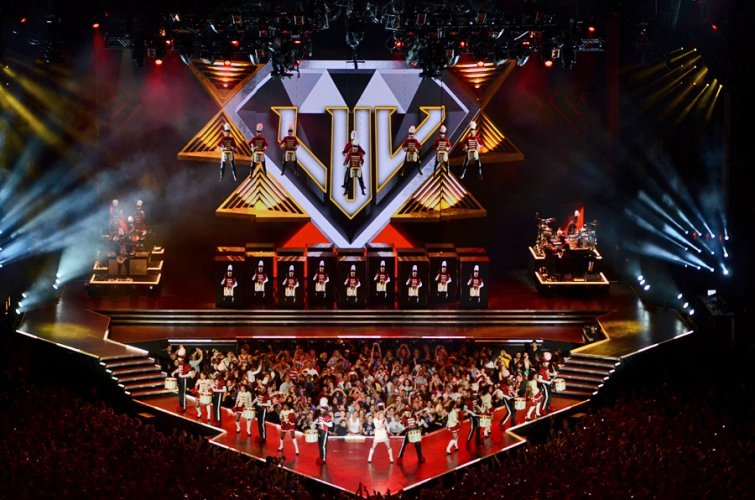 slide-Madonna-MDNA-tour-stage-set-up-c