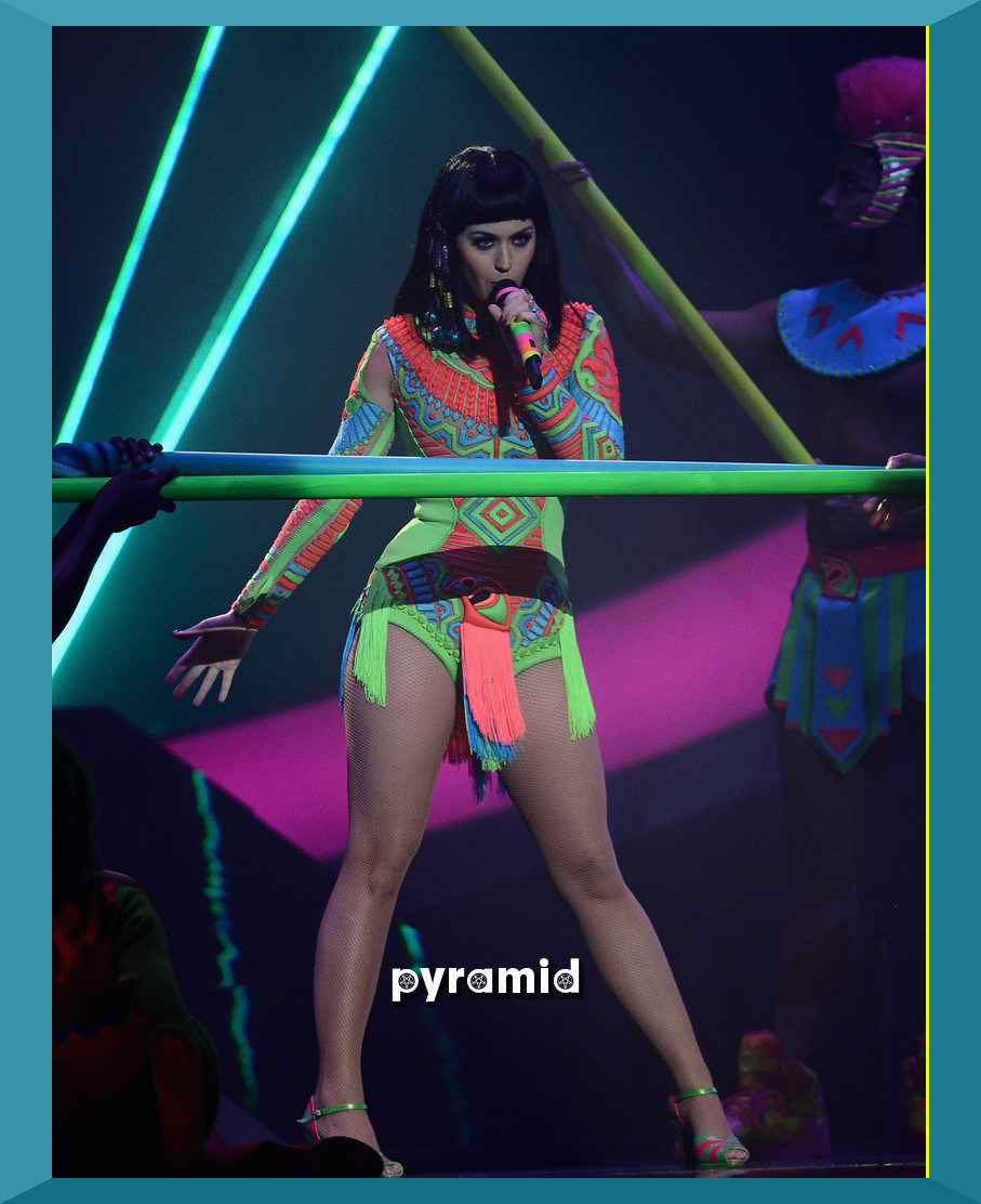 katy-perry-performs-dark-horse-at-brit-awards-2014-video-02