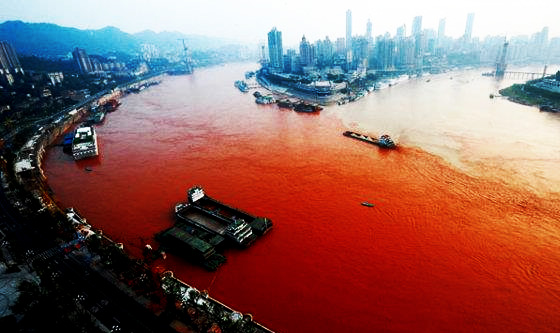 yangtze-river-turns-blood-red-september-7-2012-2