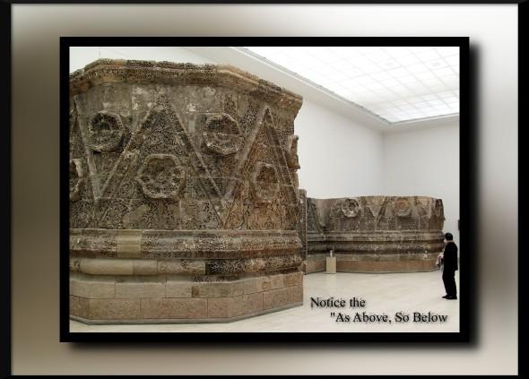 1280px-Mschatta-Fassade_(Pergamonmuseum)